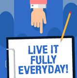 Skriva anmärkningen som visar Live It Fully Everyday Att ställa ut för affärsfoto det är optimistiskt tycker om lyckad Hu för liv arkivbilder