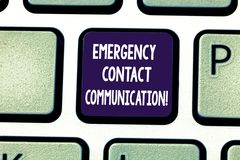 Skriva anmärkningen som visar nöd- kontaktkommunikation Affärsfoto som ställer ut meddelandesystemet eller plan under royaltyfri bild