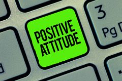 Skriva anmärkningen som visar positiv inställning Affärsfoto som ställer ut vara optimistiskt i liv som ser för bra saker arkivfoton