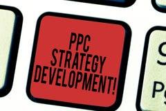 Skriva anmärkningen som visar Ppc-strategiutveckling Affärsfoto som ställer ut för att framkalla en aktionsplan att bygga effekti royaltyfria foton