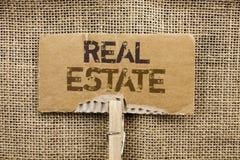 Skriva anmärkningen som visar Real Estate Affärsfoto som ställer ut den bostads- egenskapen som bygger täckt verkligt skriftligt  Royaltyfria Foton