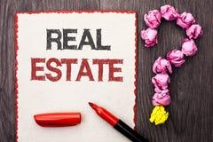 Skriva anmärkningen som visar Real Estate Affärsfoto som ställer ut den bostads- egenskapen som bygger täckt verkligt skriftligt  Royaltyfria Bilder