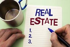 Skriva anmärkningen som visar Real Estate Affärsfoto som ställer ut den bostads- egenskapen som bygger täckt verkligt skriftligt  Arkivbilder
