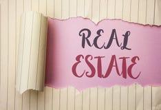 Skriva anmärkningen som visar Real Estate Affärsfoto som ställer ut den bostads- egenskapen som bygger täckt verkligt skriftligt  Royaltyfri Fotografi