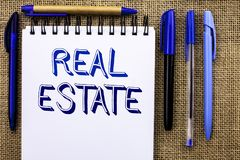 Skriva anmärkningen som visar Real Estate Affärsfoto som ställer ut den bostads- egenskapen som bygger täckt verkligt skriftligt  Royaltyfri Bild