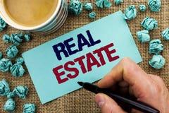 Skriva anmärkningen som visar Real Estate Affärsfoto som ställer ut den bostads- egenskapen som bygger täckt verkligt skriftligt  Arkivbild