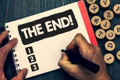 Skriva anmärkningen som visar slutet Motivational appell Affärsfoto som ställer ut avslutning av tid för något avsluta av liv som arkivbilder