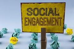Skriva anmärkningen som visar social koppling Affärsfotoet som ställer ut stolpen, får hög SEO Advertising Marketing för räckvidd Arkivfoton