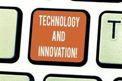 Skriva anmärkningen som visar teknologi och innovation Affärsfoto som ställer ut teknologiska ändringar av produkt och tjänsttang arkivfoto