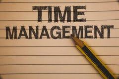 Skriva anmärkningen som visar Tid ledning Affärsfoto som ställer ut schema som planeras för den Job Efficiency Meeting Deadlines  royaltyfri foto