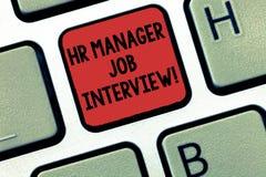 Skriva anmärkningen som visar timme-chefen Job Interview Affärsfoto som ställer ut rekryteringhuanalysisresurser som söker för royaltyfri fotografi