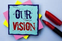 Skriva anmärkningen som visar vår vision Affärsfoto som ställer ut riktningen för syfte för dröm för plan för mål för innovations Royaltyfri Bild