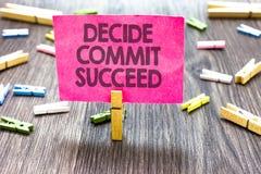 Skriva anmärkningsvisning avgör begår lyckas Affärsfotoet som ställer ut uppnå mål, kommer i räckvidd för tre moment dina drömmar Royaltyfri Bild