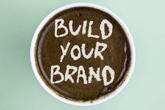 Skriva anmärkningsvisning bygg ditt märke Att ställa ut för affärsfoto skapar din egen logosloganmodell som annonserar e-marknads royaltyfria foton