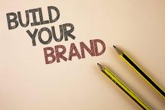 Skriva anmärkningsvisning bygg ditt märke Att ställa ut för affärsfoto skapar din egen logosloganmodell som annonserar e-marknads royaltyfri bild