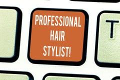 Skriva anmärkningsvisning det yrkesmässiga fotoet för affär för hårstylist som ställer ut en demonstrering vars ockupation är att arkivfoto