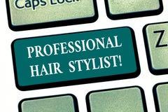 Skriva anmärkningsvisning det yrkesmässiga fotoet för affär för hårstylist som ställer ut en demonstrering vars ockupation är att royaltyfri foto