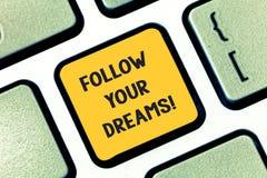 Skriva anmärkningsvisning följ dina drömmar Att ställa ut för affärsfoto kör dig på in i din valda framtid, genom att arbeta hårt royaltyfri bild