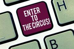 Skriva anmärkningsvisning skriv in till cirkusen Att ställa ut för affärsfoto går till underhållningen för showfestivalrekreation royaltyfri fotografi