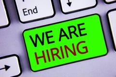 Skriva anmärkningsvisningen hyr vi Affärsfoto som ställer ut talangen som jagar Job Position Wanted Workforce timme rekrytering Arkivbild