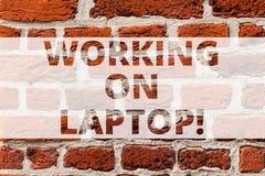 Skriva anmärkningsvisningen som arbetar på bärbara datorn Affärsfoto som ställer ut få jobb gjort lätt på den lilla bärbara dator royaltyfria foton