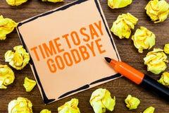 Skriva anmärkningsvisningen Tid för att säga farväl Affärsfotoet som ställer ut bjuda avsked ser så länge att du att bruka oss mö royaltyfri bild