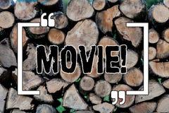 Skriva anmärkningsvisningfilm Affärsfoto som ställer ut videoen för bio- eller televisionfilmfilm som visas på skärmen arkivbild