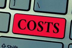 Skriva anmärkningsvisningkostnader Affärsfotoet som ställer ut förbrukningbeloppet, som måste betalas spenderat för att köpa, erh royaltyfria foton