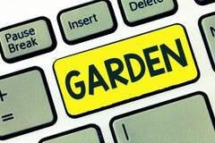 Skriva anmärkningsvisningträdgården Affärsfoto som ställer ut styckdet jordangränsande huset som används för att växa blommor ell fotografering för bildbyråer