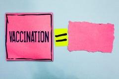 Skriva anmärkningsvisningvaccinering Affärsfoto som ställer ut behandling som gör kroppen starkare mot infektionrosa färgpapper n arkivfoto