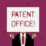 Skriva anm?rkningen som visar patentkontoret Aff?rsfoto som st?ller ut ett kansli som g?r beslut om att ge sig vektor illustrationer