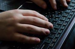 Skriva b?rbar datorarbete Maskinskrivningtext jobb text Bokstavsborstar p? tangentbordet Fungera i kontoret Skapelse av texter ko arkivfoto