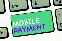 Skriva betalning för anmärkningsvisningmobil Affärsfoto som ställer ut Cashless betalning som göras till och med bärbara elektron arkivfoton