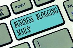 Skriva Blogging poster för anmärkningsvisningaffär Affärsfotoet som ställer ut online-tidskriften, offentliggör eller annonserar arkivbild