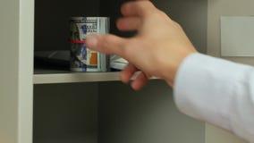 Skriva in en kod, öppna ett kassaskåp och ta kassa bort stock video
