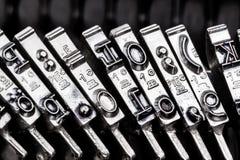 Skriva en skrivmaskin Fotografering för Bildbyråer