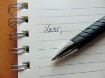 Skriva ett brev på fodrad pappers- start med raring, Royaltyfria Foton