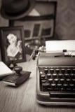 Skriva ett brev på tappningskrivmaskinen arkivfoto