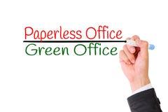 Skriva för affärshand som är paperless, begrepp för det gröna kontoret för räddning världen arkivfoton