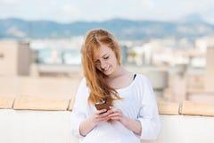 Skriva för ung kvinna sms Royaltyfri Bild