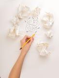 Skriva handen i skrynkligt papper Arkivbilder