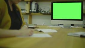 Skriva koden för ux på papper view1 Skärm för stock video