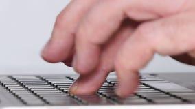 Skriva maskinskrivning för 03 bärbar dator i kontorscloseupen lager videofilmer
