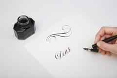 Skriva med fjäderpennan Spilld färgpulver- och reservoarpennabegreppsbild för att skriva process Tappningstiftpenna och bläckhorn Arkivfoto
