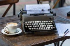 Skriva och frilans- begrepp Retro skrivmaskin och en kopp av locket fotografering för bildbyråer