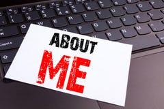 Skriva om mig text som göras i kontorsnärbilden på bärbar datordatortangentbordet Affärsidé för självmedvetenhet personliga Ident Fotografering för Bildbyråer