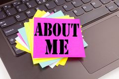 Skriva om mig text som göras i kontorsnärbilden på bärbar datordatortangentbordet Affärsidé för självmedvetenhet personliga Ident Arkivfoton