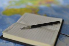 Skriva på anteckningsboken Arkivfoton