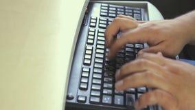 Skriva på bärbar datortangentbordet stock video