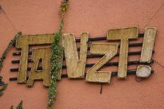 Skriva på väggen: `-Danser! `, Fotografering för Bildbyråer